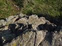 Malé skalisko za zády archanděla Michaela.