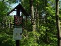 Úřední a informační cedule k chráněnému území Vápenice u silnice nedaleko obce Chlum.