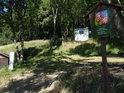 Při příchodu z obce Bezděz nás vítá ponejprv úřední cedule k CHKO Kokořínsko – Máchův kraj.