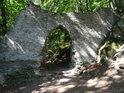 První brána k hradu Bezděz.