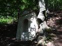 3. zastavení křížové cesty na Bezděz, výklenková kaplička toho času holá.