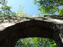 Renovovaná kamenná klenba druhé brány k hradu Bezděz.
