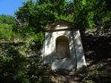 7. zastavení křížové cesty na Bezděz, výklenková kaplička toho času holá.