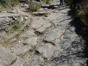 Cesta na hrad Bezděz za třetí bránou má také šikmé a chvílemi kluzké úseky.