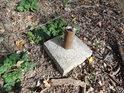 Čnící uříznutá železná trubka v betonové patce je pravděpodobně pozůstatek po nějaké ceduli.
