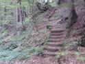 Schody na pravém břehu Stříbrného potoka nám umožní bezpečně obejít Nýznerovské vodopády.