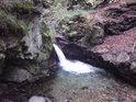 Jeden v vyšších stupňů kaskády Nýznerovských vodopádů.