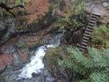 Do prostřední části Nýznerovských vodopádů se dá sestoupit po schodech.