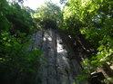 Suchá kolmá skalní stěna.
