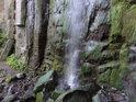 Vodopád se tříští o skaliska.