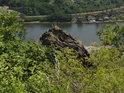Pohled přes skalní útes z Vrkoče dolů k Labi.
