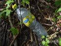 Lidé ničí přírodu v malém, jako třeba pohozením plastové lahve v přírodě, tak i ve velkém až gigantickém měřítku.