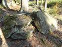 Takovéto kameny poskytují poměrně spolehlivý úkryt zde dosti hojným zmijím.