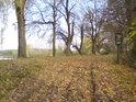 Hráz rybníka Mordýře tvoří část jižní hranice přírodní rezervace Žernov.