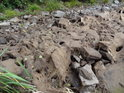 Kameny na dně pod hrází rybníka Zlámanec.